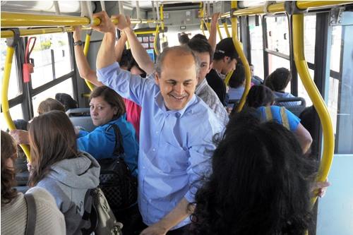 Gustavo Fruet usou o transporte coletivo no dia sem carro para ir no Boqueirão. Foto Everson Bressan