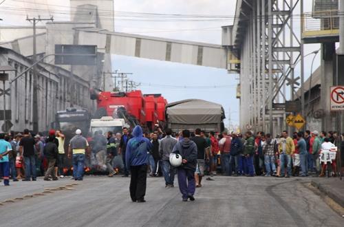 Motoristas protestam contra multas e fecham acesso em Paranaguá
