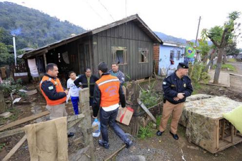 Famílias atingidas pelas enchentes podem receber adiantamento do programa Família Paranaense