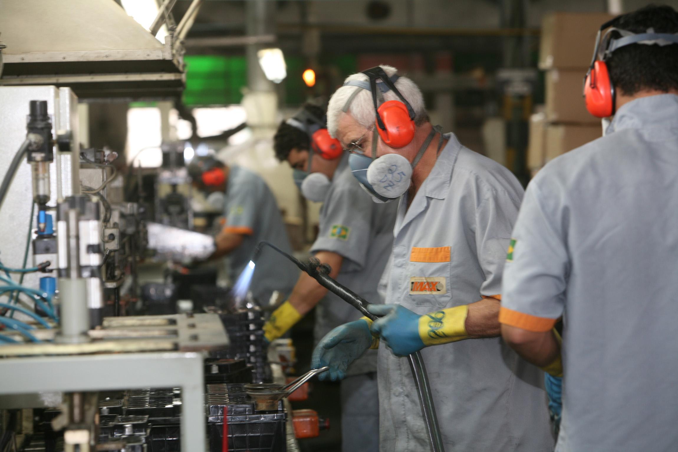 Emprego na indústria recua 0,7% em maio