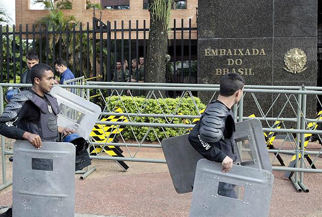 Paraguaios de Itaipu acampam na embaixada brasileira em Assunção