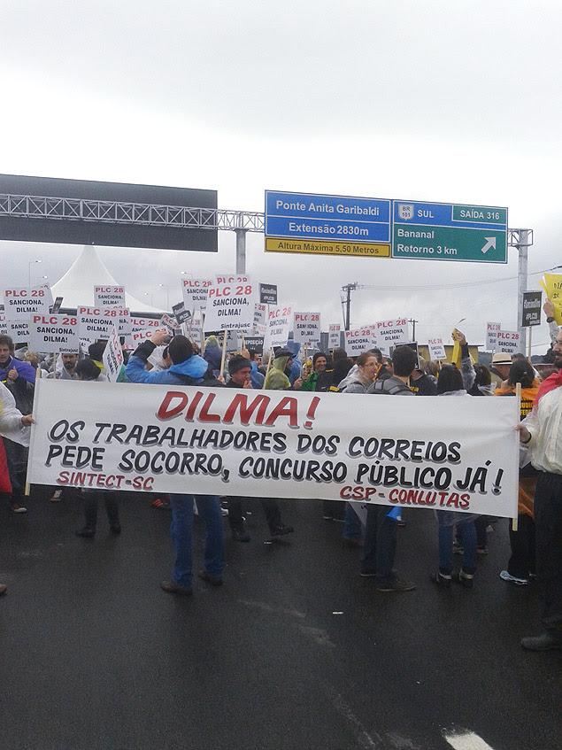 Dilma é vaiada e enfrenta protestos durante inauguração de ponte em SC