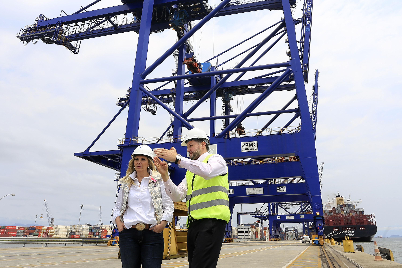 Cida acompanha operação de carregador de navios no Porto de Paranaguá