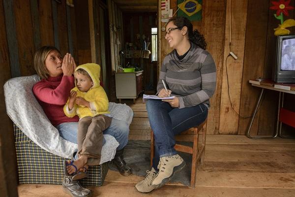 Família Paranaense muda a realidade dos que vivem em extrema pobreza. Na foto, Elza Schafer com o filho Vinicius, de 5 anos, conversam com a coordenadora do CRAS, Adelayne de Campos. Turvo, 14/05/2013. Foto: Antonio Costa/ANPr
