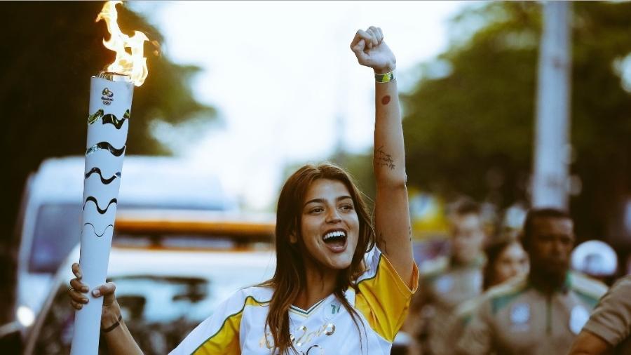 Revolta argentina: Atriz causa polêmica ao carregar tocha em Foz do Iguaçu