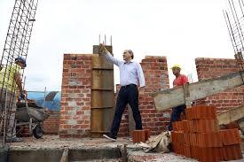 Fruet faz campanha em obras inacabadas