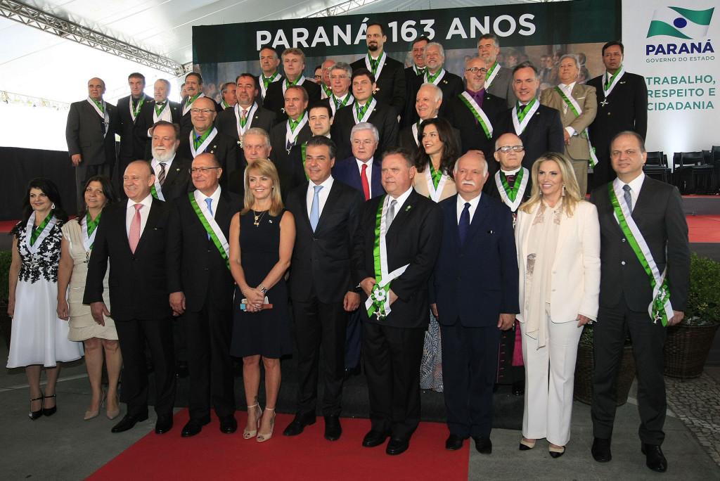 Richa condecora personalidades com a Ordem Estadual do Pinheiro