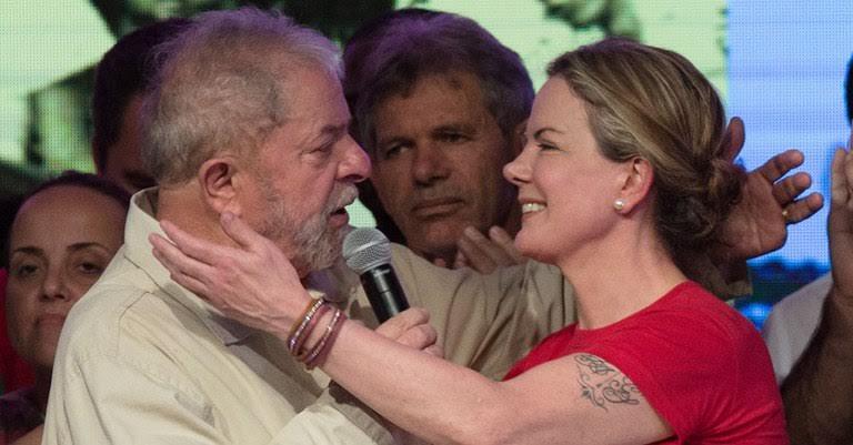 Gleisi exibe tatuagem indiana ao abraçar Lula