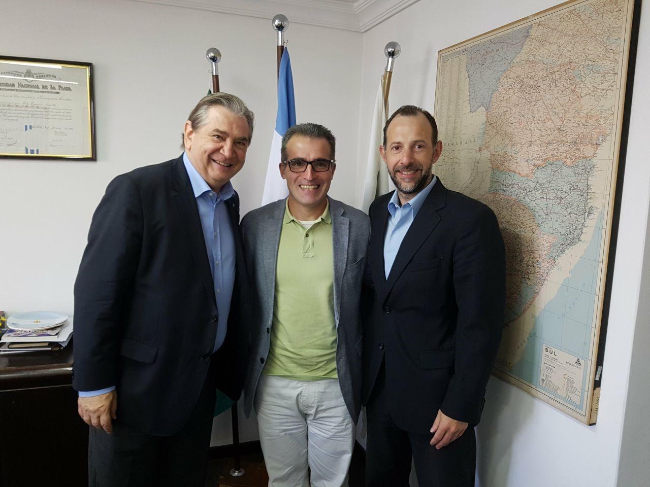 Petruzziello busca voto na Argentina