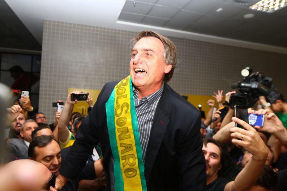 Bolsonaro: 'Lula quis transformar Brasil num galinheiro, agora colhe ovos por onde passa'
