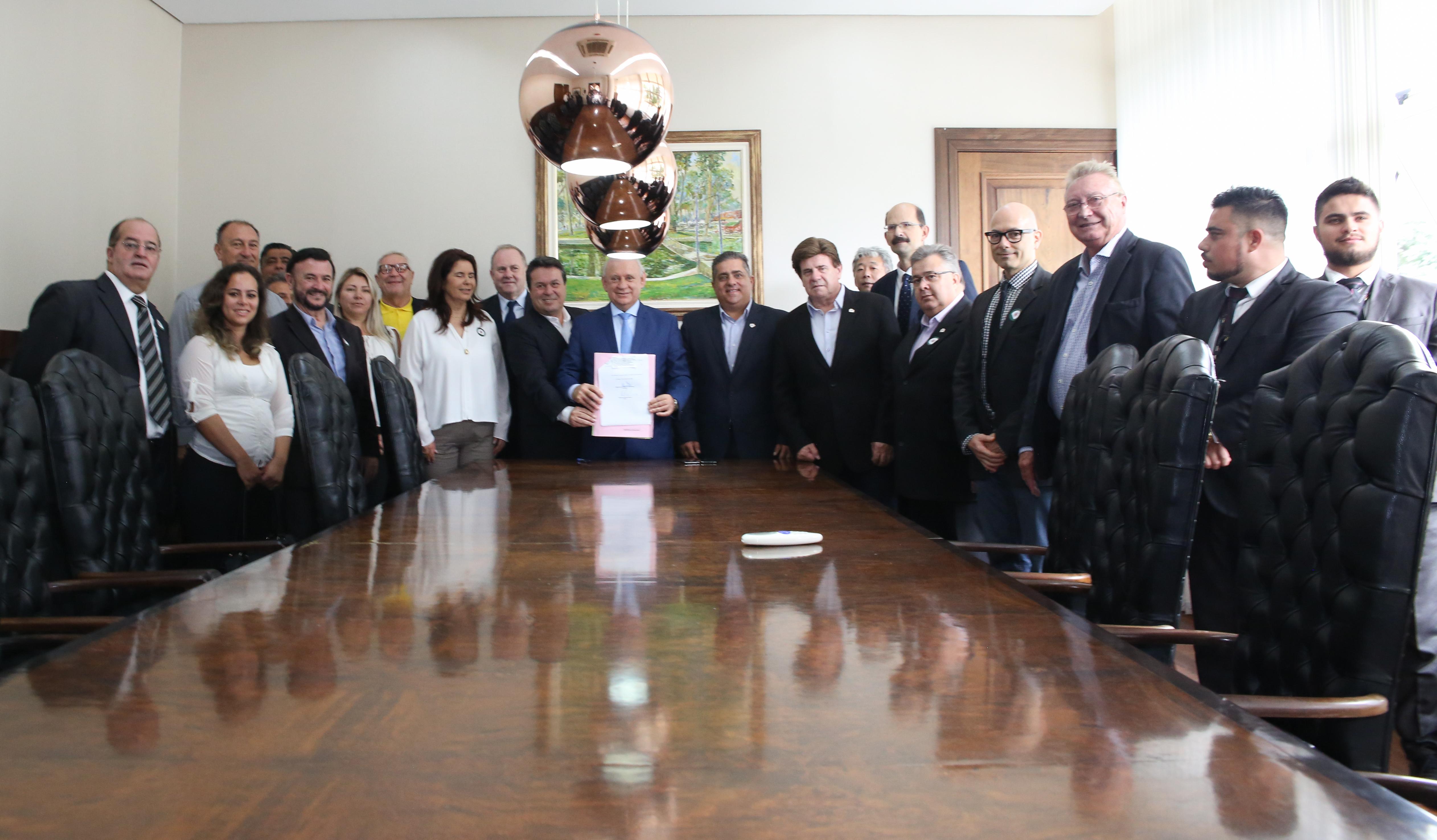 Traino promulga Lei que beneficia os corretores de imóveis do Paraná