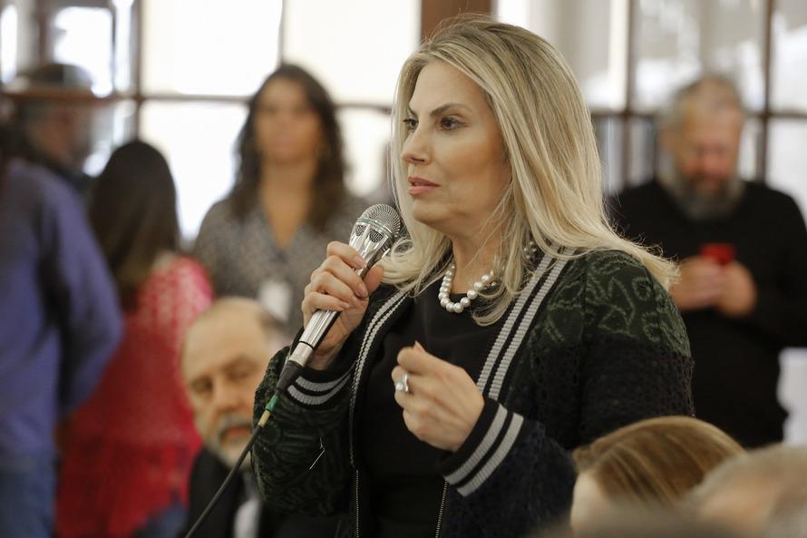 Cida autoriza melhoria salarial de 6,5 mil servidores da educação