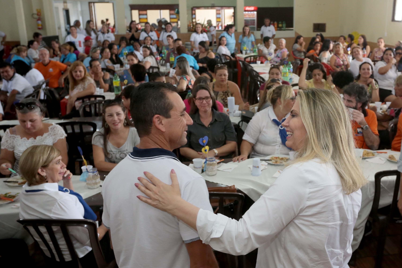 29 de abril: Cida almoça com professores em Guaratuba