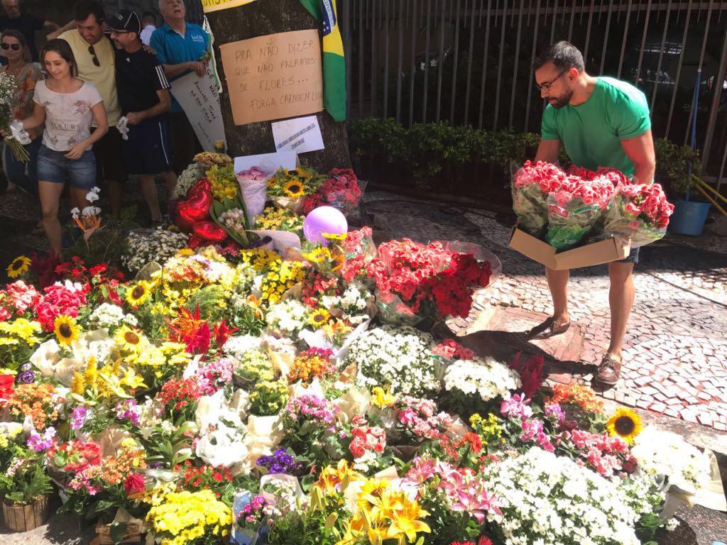 Curitibanos levam flores a Moro