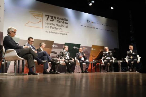 Prefeitos pedem Mais Brasil e Menos Brasília a presidenciáveis