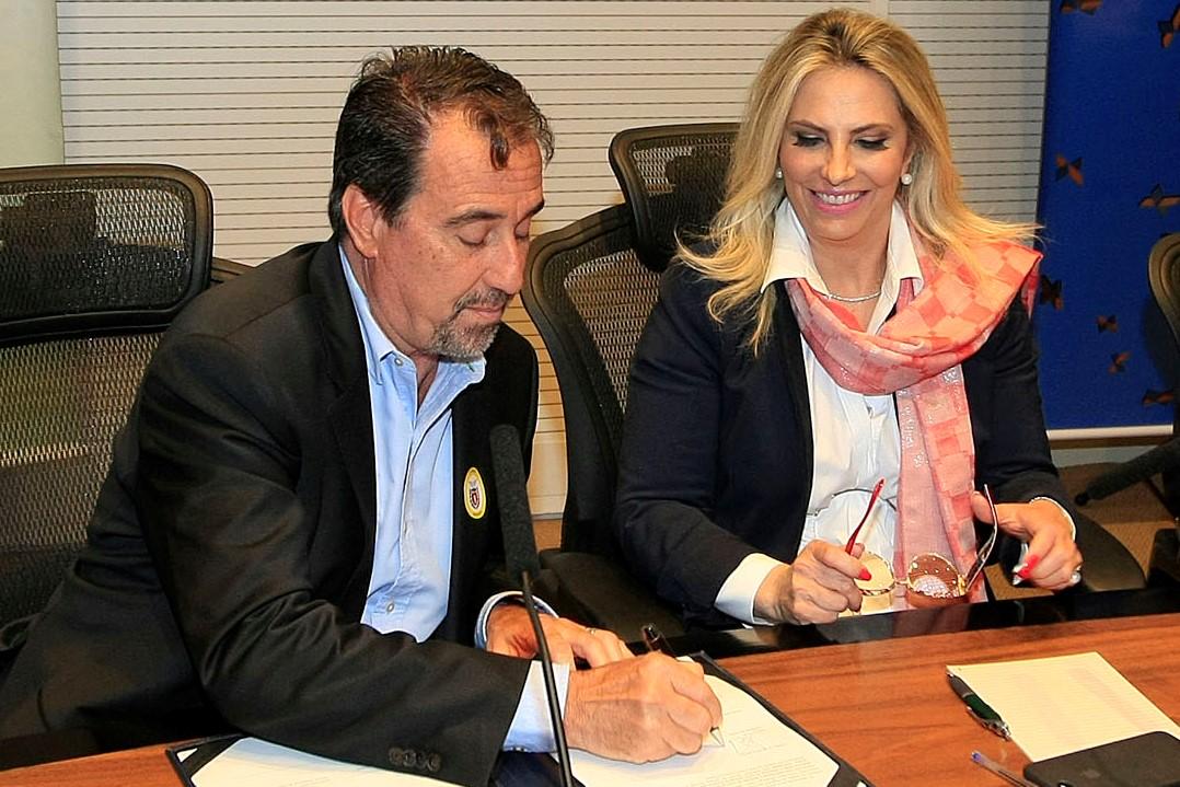 Cida e Gilberto Occhi entregam equipamentos para saúde em Curitiba