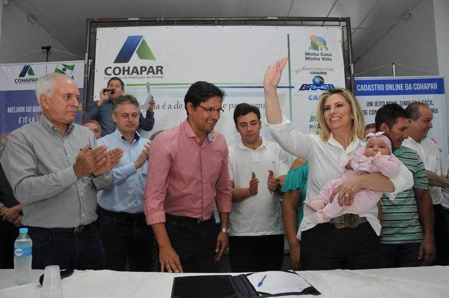 Cida anuncia casa nova para 133 famílias em Nova Esperança