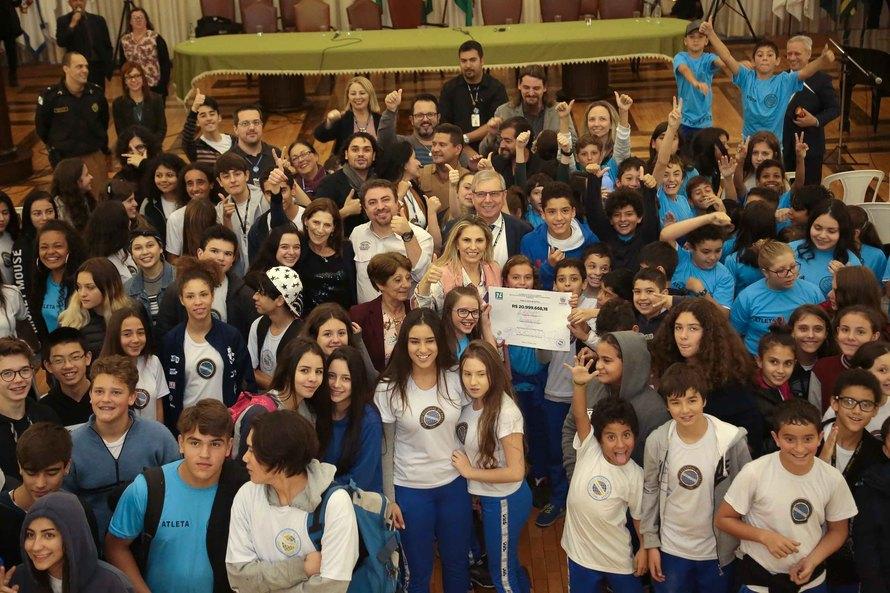 Cida assina edital de licitação da reforma do Colégio Estadual do Paraná