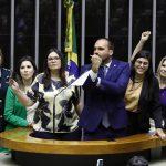 """Eduardo """"dá banana"""" para deputadas que prestaram solidariedade à jornalista"""
